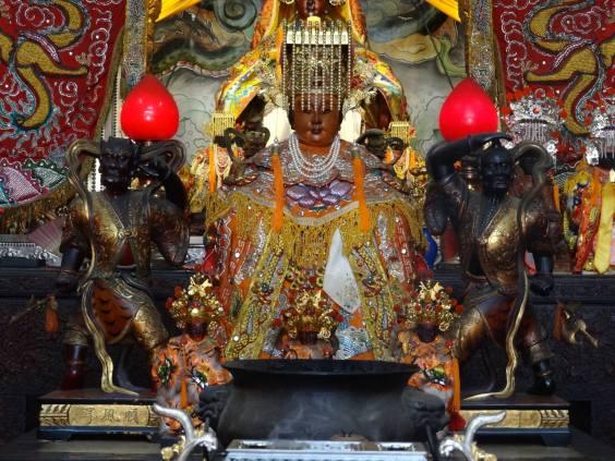 千里眼、順風耳神像是特殊的「三轉體」站姿,形態是頭一百八十度轉至背後、身體朝向媽祖,象徵為茅港媽護駕,「瞻前顧後」