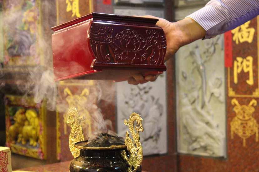 環保不能曲解信仰:香與金都是無可取代的物質