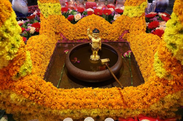 進行浴佛時,需舀取水盆內的香湯澆灌在佛像上,完成三次後,再取香湯進行飲用。