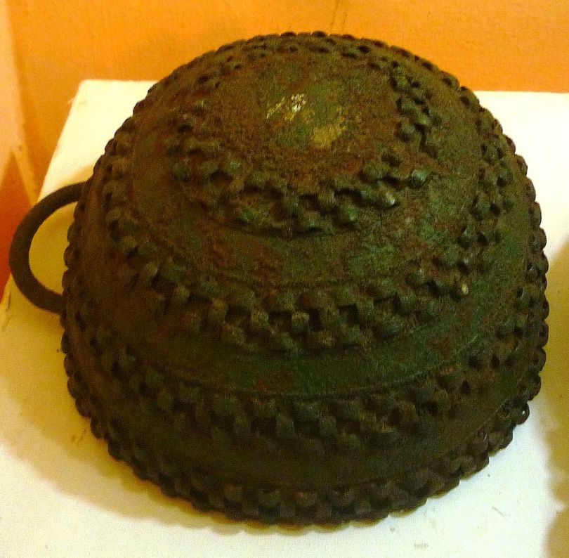 nri Nigerian National Museum Bronze_pot,_Igbo-Ukwu,_9th_century