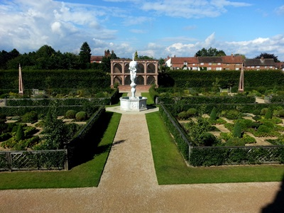 Kenilworth Castle Elizabethan Garden Copyright Anne Wareham 20130909_155830.S