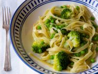 Easy 9 minute creamy one pot pasta with broccoli and peas