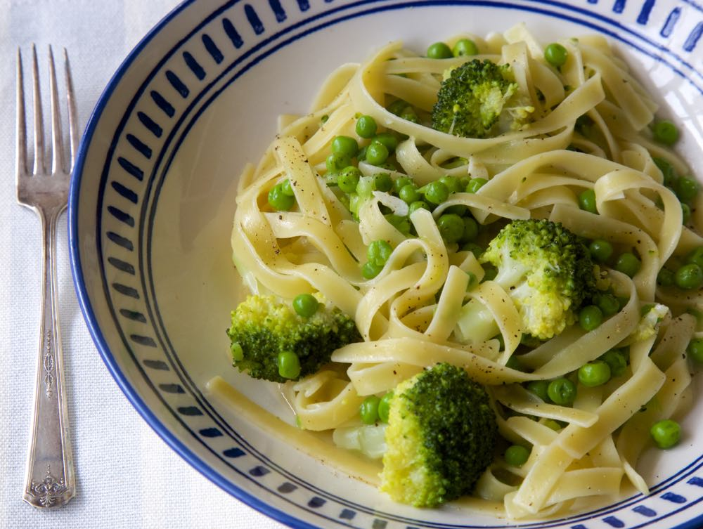 Easy one pot pasta with broccoli and peas, on the table in 10 minutes!