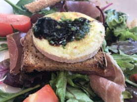 My absolute favorite lunch of all, fromage chaud avec salade