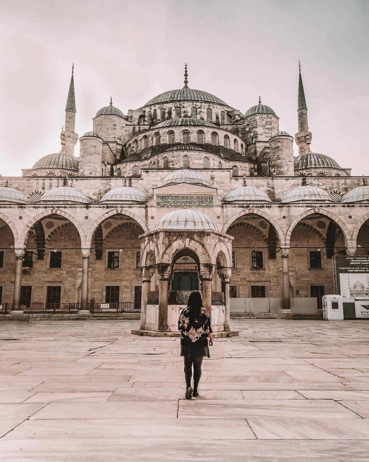 travel blogger work full time tips
