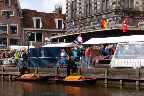Alkmaar cheese arrives by boat