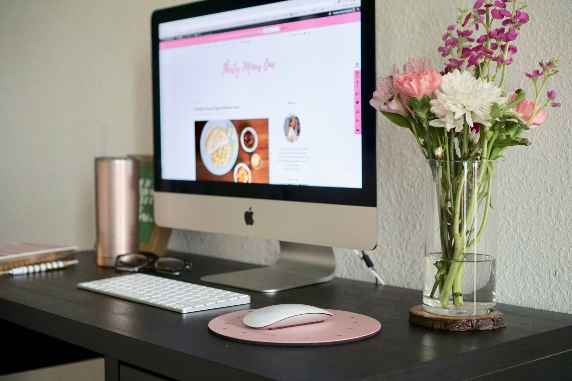 office, workspace, office space, interior decor, design, home office, home decor, home, blogger office, home office idea, home office decor, organization, living ideas, chic home office, ikea desk, fresh flowers, planners, agenda, mac, desktop, decorative box, books,