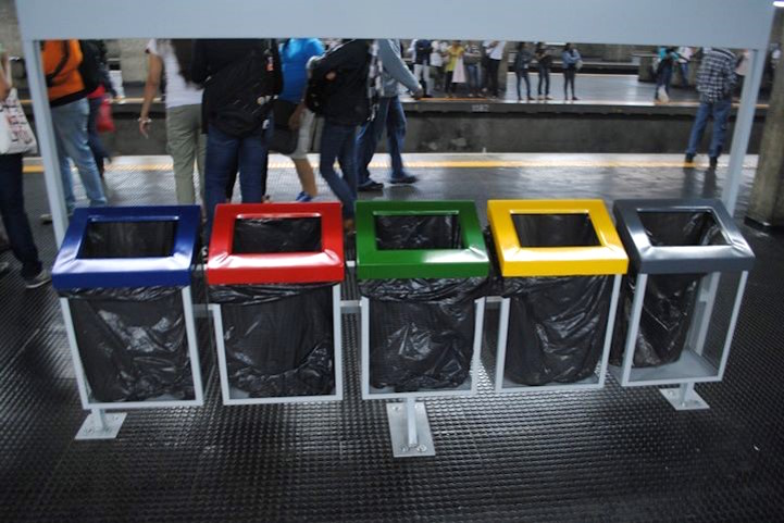 Coloured but otherwise unlabelled 5 bin structure, Barra Funda train station, São Paulo