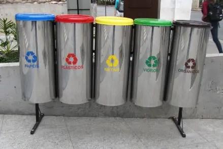 5 bin structure outside a corporate building, Berrini, São Paulo