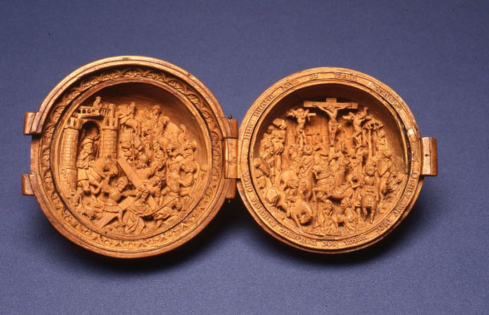 800px-Flemish_-_Rosary_Bead_with_Scene_of_Christ_Carrying_the_Cross_-_Walters_61131