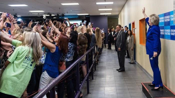 160926085309-hillary-clinton-crowd-selfie-super-169