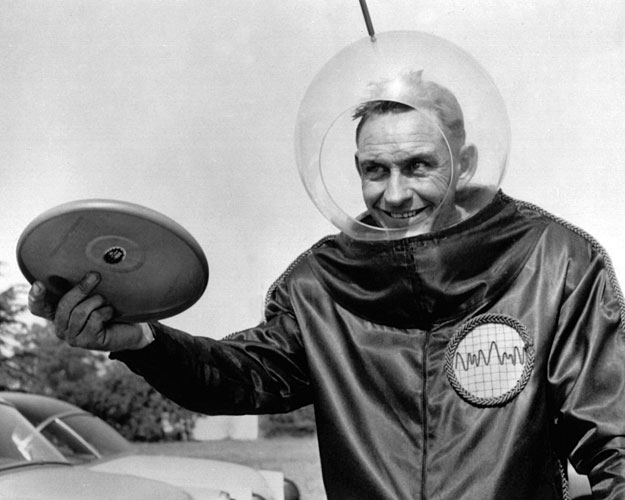 Walter Fredrick Morrison promoting his Pluto Platters, the forerunner of the Frisbee, in the 1950s