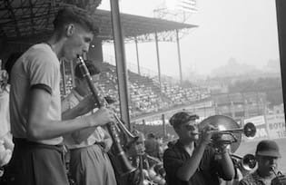 Every one who shows up with a musical instrument is admitted free toEbbets Field. 2,426 fans take advantage of the offer, including one with a piano. TheDodgershave a motive in countering the local musicians' union which wants to silence the non-union Sym-Phoney. The Dodgers outplay theBraves, 7 – 6, asGil Hodgesbelts a three-run homer in the 8th, following anintentional walktoRoy Campanella, who had homered earlier.