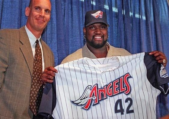 TheAnaheim Angelssign free agent first basemanMo Vaughnto a six-year contract, a year longer than theBoston Red Soxwere willing to give Vaughn.