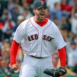 Boston Red Soxofficially announce the acquisition of a potential ace from theFlorida Marlinsin right-handed pitcherJosh Beckett