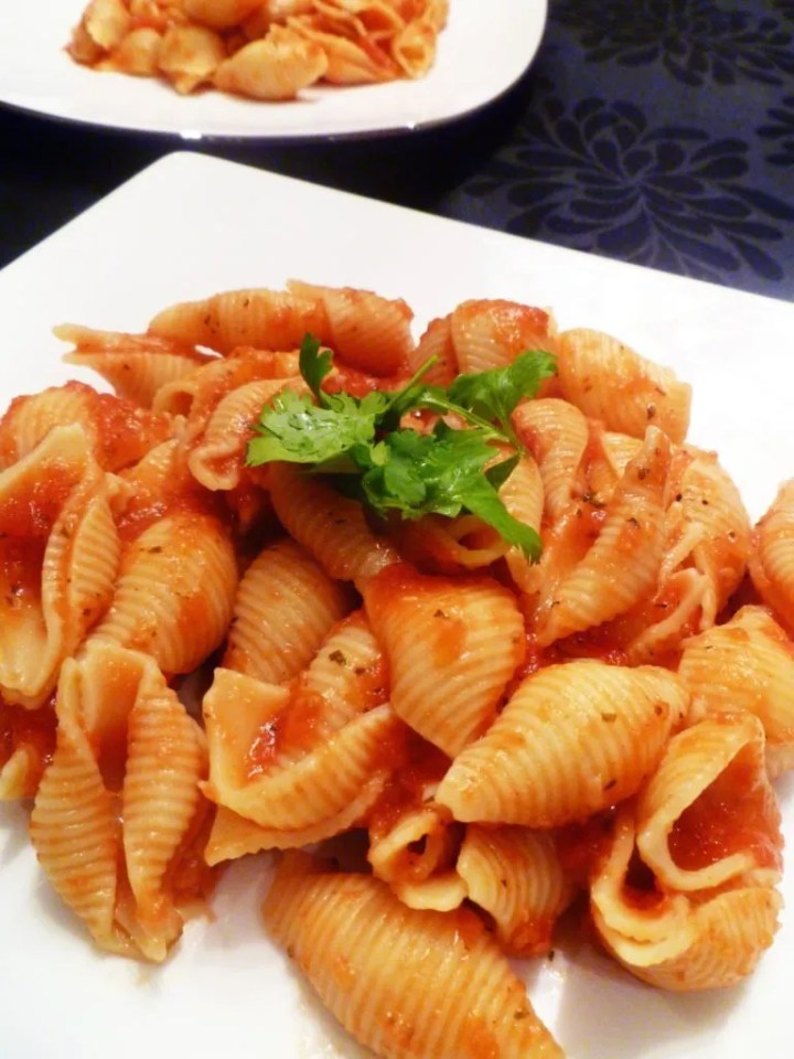 Simple Garlic Marinara Pasta is made with simple, household staples and it can be ready in under 20 minutes. | thishappymommy.com