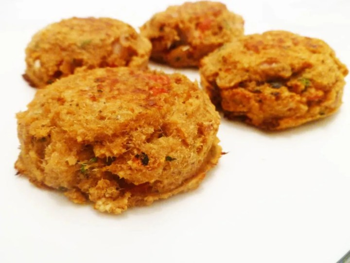 Roasted Red Pepper Salmon Patties -- Quick and easy salmon patties baked with roasted red peppers and sautéed onions.   thishappymommy.com