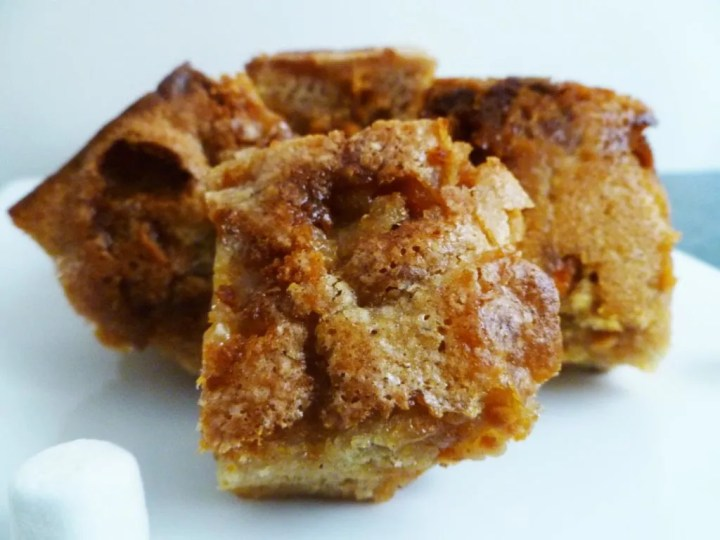 Butterscotch Marshmallow Blondies -- Rich and gooey blondies filled with butterscotch and mini marshmallows. | thishappymommy.com