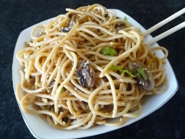Garlic Asian Noodles -- Quick and easy Asian-inspired noodle dish. | thishappymommy.com