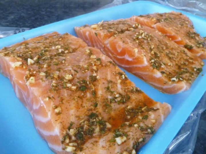 Garlic Herb Baked Salmon -- Quick and easy salmon baked with garlic, dried herbs, and lemon juice. It takes less than 15 minutes to bake and when it's done, you'll have a flaky, tasty fish dish! healthy baked cod fish recipes | oven baked fish recipes | easy baked herb salmon | oven baked salmon | healthy one pan fish dinner | quick and easy baked salmon recipe | #fish #recipe #healthyrecipe #healthyfood #dinner | thishappymommy.com