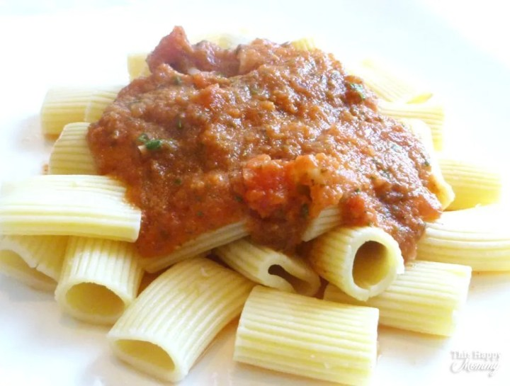 Wow! 10 Minute Marinara Sauce is so easy to make. No one will believe that this pasta sauce takes only 10 minutes to make. | simple pasta recipe side dish | easy pasta recipe | healthy pasta | easy vegetarian recipes for kids | meatless monday | healthy and easy family vegetarian meals | #pasta #healthyrecipe #easydinner #quickrecipe #recipe | thishappymommy.com