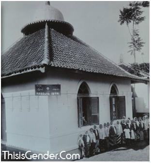 Moskee voor vrouwen (Masjid Istri) in Pengkolan te Garoet. Mesjid Wanita di Garut. Foto sekitar tahun 1925. Sumber: KITLV
