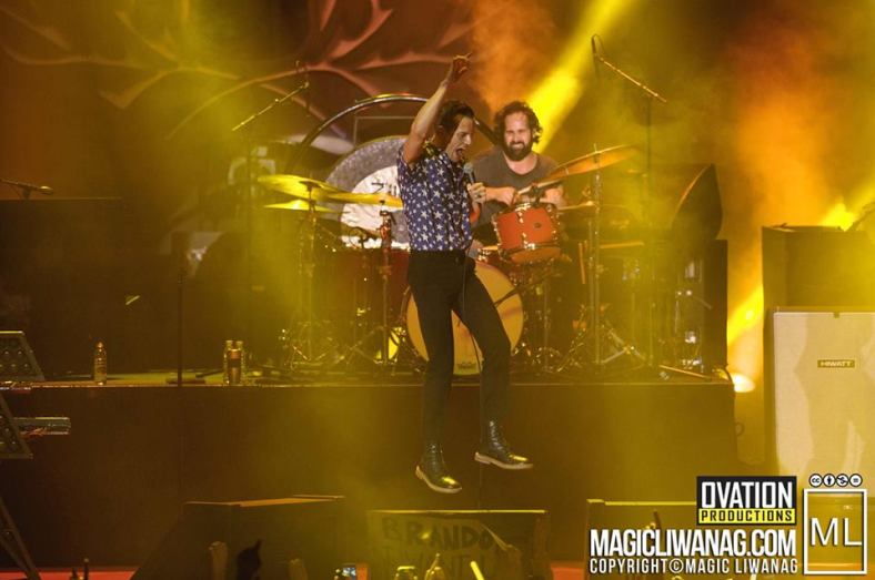 Brandon Flowers leads the chanting with boundless jumps. Full photo credits to Magic Liwanag.