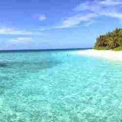 Water bungalows al lado de una playa en maldivas