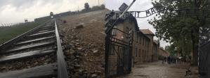 vías de tren de Birkenau y puerta de Auschwitz