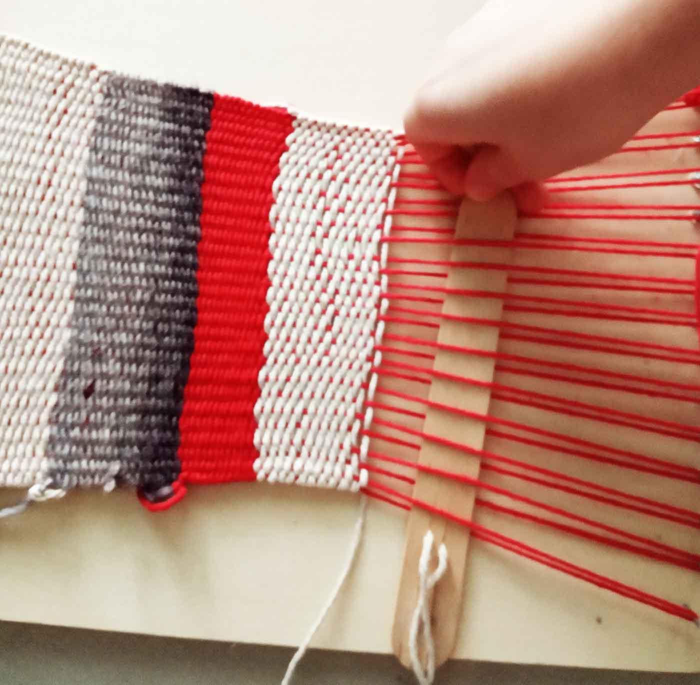 Πως θα φτιάξετε ένα μαγικό χαλί στον αυτοσχέδιο αργαλειό σας -Thisisus.gr