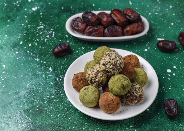 Τρουφάκια χωρίς ζάχαρη με χουρμάδες – Thisisus.gr