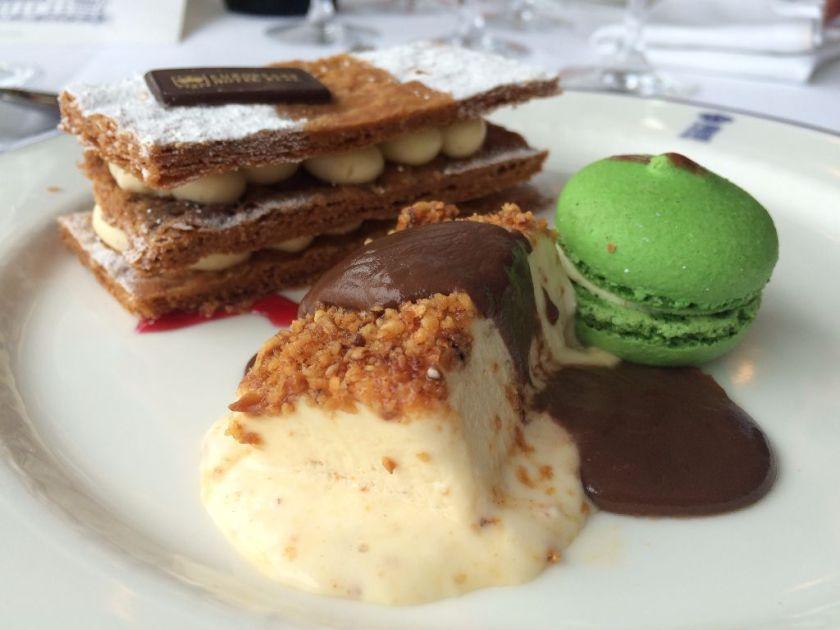 tarta nupcial y biscuit de crocanti con chocolate caliente