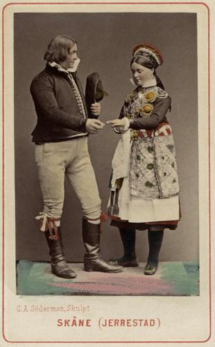 Världsutställningen_i_Wien_1873._Man_och_kvinna_i_folkdräkter_från_Järrestad,_Skåne_-_Nordiska_Museet_-_NMA.0039768