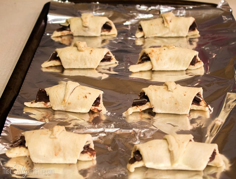 Nutella Mint Stuffed Crescent Rolls, very fast and easy! A warm, gooey #Nutella and #Andes chocolate center in a classic crescent roll, YUM!