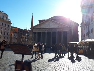 Lunchtime view of the Pantheon from Neopoletanos Rome