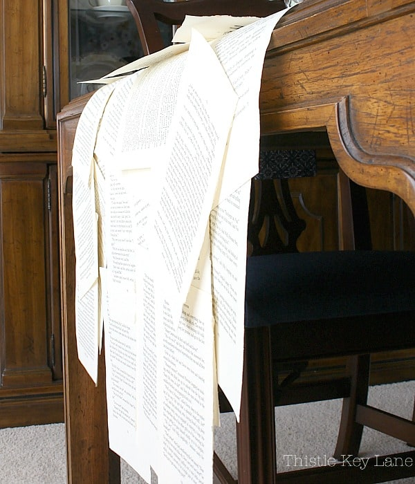 Book page table runner with a waterfall effect. #bookpagetablerunner