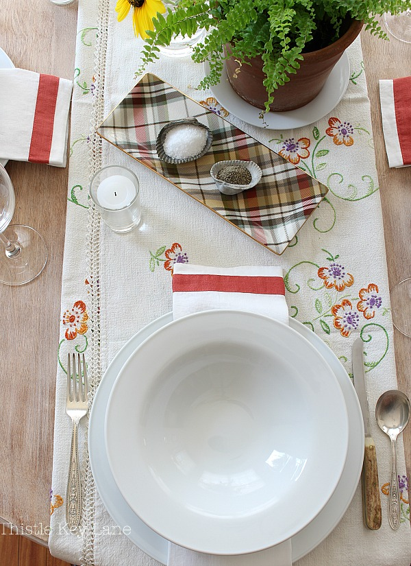 Fall tablescape mixing vintage with modern. #falltablescape #falldecor #falldecorideas