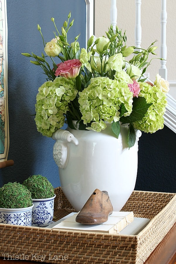 How to style an entry table tray with a beautiful flower arrangement.