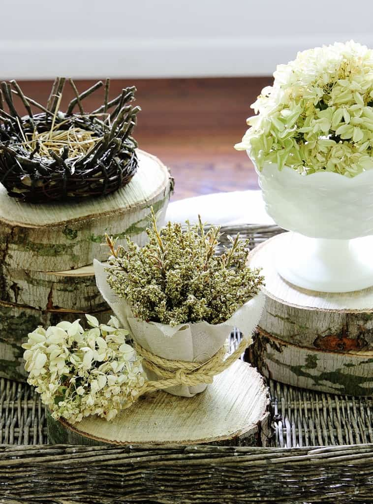 These round slices of wood decor are easy to make yourself.