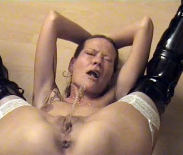 Kinky Woman Shows Self Pissing