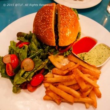 Shay's Famous Burger : thịt bò, phô mai cheddar, bacon xông khói, đồ chua, ăn kèm salad, khoai tây chiên, và sốt caper (nụ bạch hoa) aioli và tương cà quán tự làm.