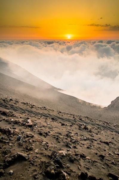 illustration d'un paysage volcaniqeu au coucher du soleil