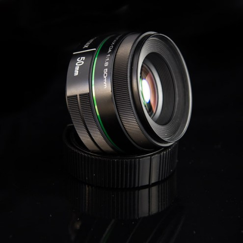 Objectif photo 50mm sur fond noir.