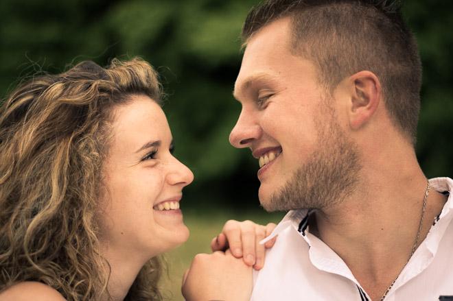 Un couple se regarde avec amour lors d'une séance photo bien préparée.