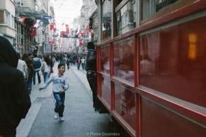 """Le choix a été dur ! Alors je me suis rabattu sur une photo qui avait été sélectionné par FujiFilm France pour le thème du mois """"Street Photography"""". Pour la petite histoire, quelques seconde après ce cliché, le garçon a percuté mon amie, trop occupé à essayer de monter sur le Tram ^^ Moment assez comique ;-)"""