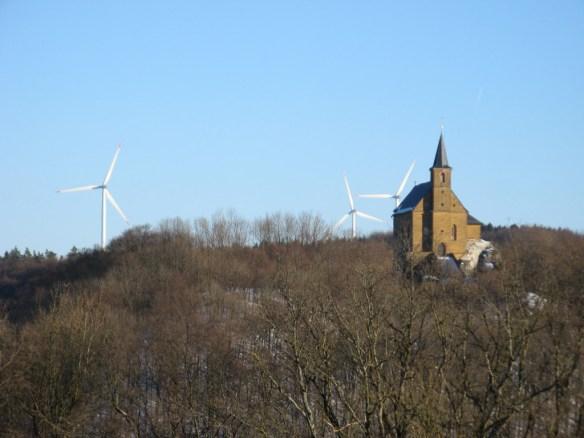 Windräder hinter der Wallfahrtskapelle Gügel (Lkr. Bamberg).