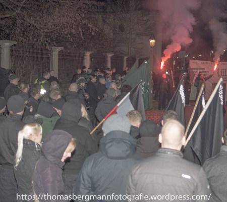 Bei der zweiten Zwischenkundgebung zündeten die Nazis Bengalos. DIe STadt Würzburg erlaubte dies.