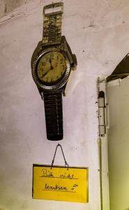 Die Uhr kann stehenbleiben, die Zeit geht weiter. (Sorbisches Sprichwort)