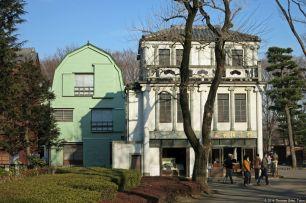 """Kosmetik-Manufaktur """"Murakami Seikado"""" (村上精華堂・化粧品屋) & Rückseite des Uemura-Hauses (植村邸)"""