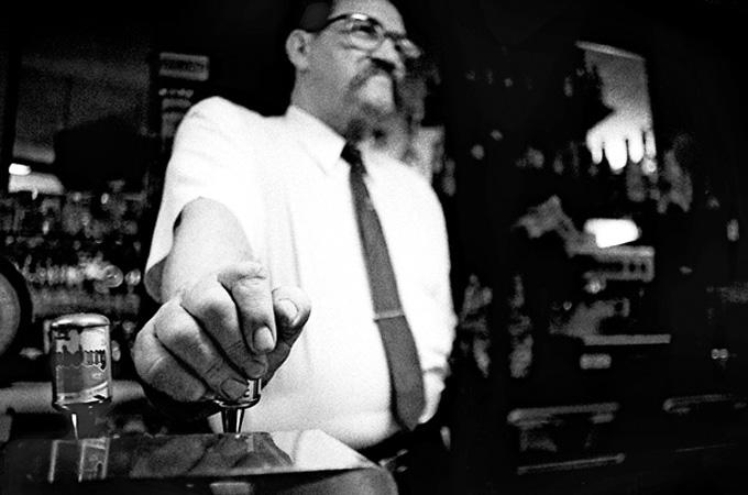 barman homme moustache